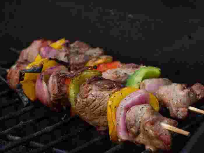 BBQと言えば、鉄板料理、なんとなくいつも焼肉や焼きそばなど、同じようなメニューになってしまうという方も多いのでは?バーベキューコンロの上で、できるだけ簡単に、ぱぱっと色んな料理を作ってみたいけど、手際や効率など、ちょっと考えてしまいますよね。