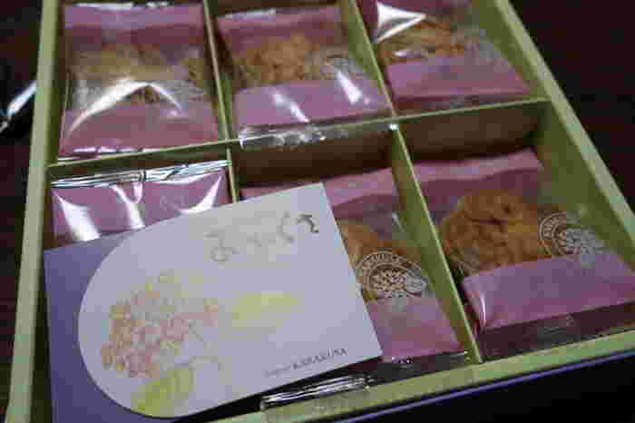 """カステラに次ぐ定番土産として人気の長崎銘菓""""おたくさ""""。1823年にシーボルトは長崎に渡来した時、恋に落ちた女性・お滝さんの名前を花に付けたと言われています。それが学名「ハイドランゲア・オタクサ」、紫陽花です。"""