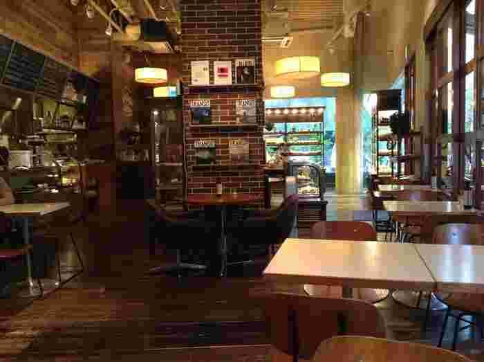 天井が高く開放感のある店内は、まるで海外のカフェのよう。広々としているので、のんびりと過ごせます♪ランチタイムが長めなので、遅めのランチや早めの夜ごはんにも利用できそうですね。