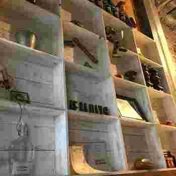 おしゃれな雑貨が置かれた店内は隠れ家のような雰囲気。