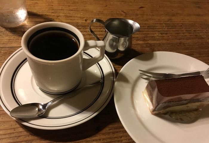 シフォンケーキやコニャックショコラなど、ケーキセットもあります。