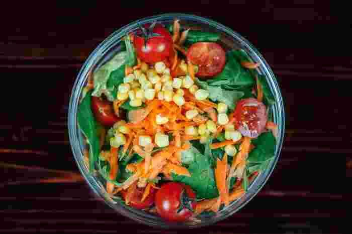 スキンケアで外からアプローチをするのはもちろん、日焼けした肌のダメージを回復させる食べ物を取り入れ、身体の内側からもケアするのも◎。美白に効果的とされる、ビタミンA(かぼちゃ・にんじん・トマト)・ビタミンC(ブロッコリー・ピーマン・えんどうなどの緑黄色野菜)・ビタミンE(アボカド・大豆・ごま・ナッツなど)を積極的に取り入れるのがおすすめです。