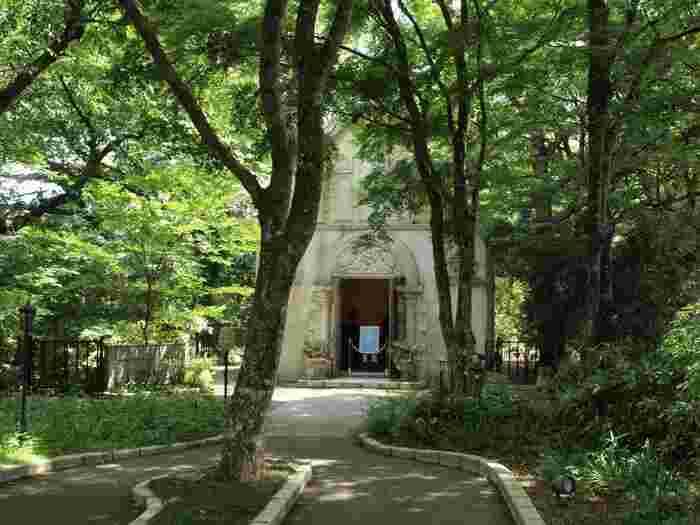 必見は、幼少時代過ごした「サン=モーリス・ド・レマンス城」を再現したヨーロピアンガーデンや、1900年代の当時のフランスの街並み、緑の中のチャペル。  物語を象徴するオブジェや看板が要所々々に配された園内を周り歩けば、季節の花々や緑とともに、サン=テグジュペリの世界を存分に楽しめます。【「星の王子さまミュージアム」内のチャペル。8月初旬撮影】