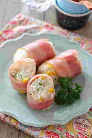 肉巻きおにぎりも、ベーコンで巻けば愛らしい色合いになります。お米にスイートコーンを混ぜているので、食感も楽しい一品です。
