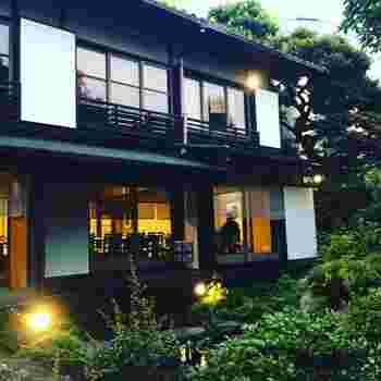 泉竹(いづちく)東京店は、世田谷区の用賀駅や上野毛駅から徒歩10分程の場所にある精進料理店です。1970年より世田谷の地にて愛されており、美しい庭園や静かな個室は、都内とは思えない落ち着いた雰囲気です。