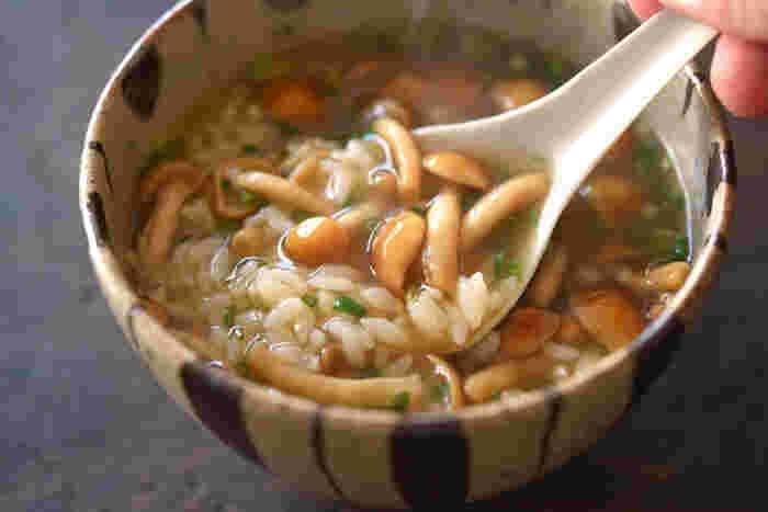 優しく上品な味わいの「なめこ雑炊」も、寒い冬の朝食におすすめの一品。調理時間10分以下で作れるというのも嬉しいポイントです。生姜の効いた美味しい雑炊で、体の内側から温まりましょう♪