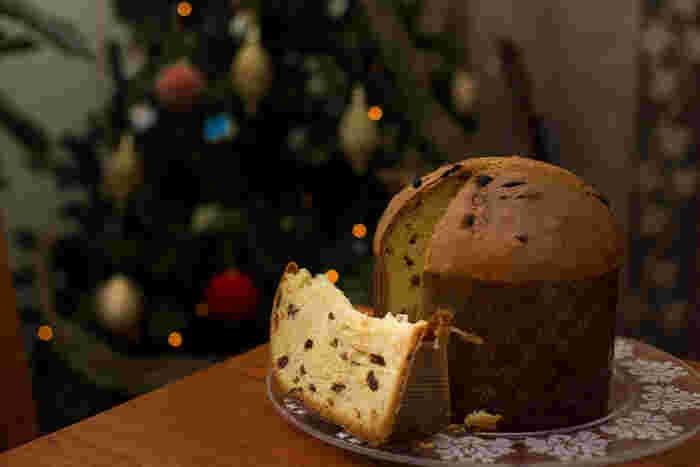 イタリアのクリスマスのお菓子の定番と言われているのが「Panettone(パネトーネ)」と「pandoro(パンドーロ)」。 ケーキではありませんが、クリスマスシーズンともなると、スーパーマーケットなどに山積みにされ売られています。 パネトーネは縦長で筒型でドライフルーツが入っているのが特徴的。