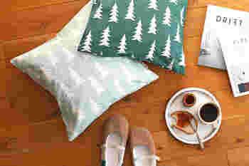 自然をモダンに可愛く描いたデザインが人気の「Fine Little Day」。こちらは、シンプルなモミの木モチーフのクッションカバーは、主張しすぎないデザインでお部屋にナチュラルなアクセントを添えてくれます。
