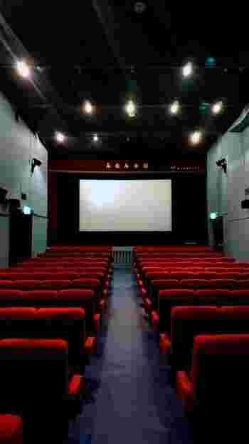映画館自体も、隠れ家のような不思議な雰囲気があってちょっとドキドキします。席数は200席程度、中には数十席というところも少なくありません。その規模感や雰囲気のせいもあるのか、運営している人も観客も、不思議な一体感で映画に向かっています。  改めて映画の魅力と、「映画館で映画を観る」ことの魅力を感じる、充実した時間を過ごせますよ。