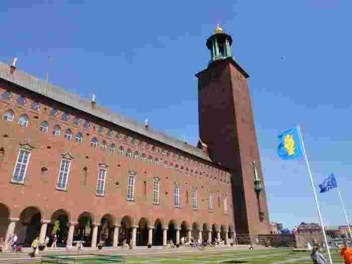 水の都、スウェーデン・ストクッホルムのシンボルとなっている「ストックホルム市庁舎(Stockholms stadshus)」。実際に市議会に使われている為、見学ツアーのみ立ち入ることができます。また、時間帯によっては一番高い展望階まで有料で見学へ行くことも可能です。