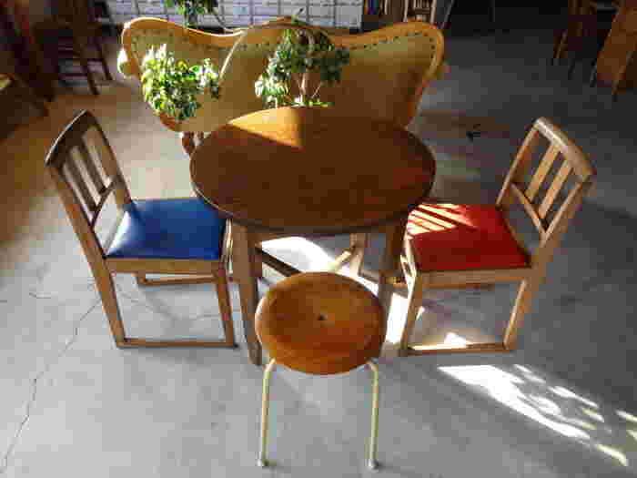 椅子やテーブルにも雰囲気があってかわいらしいですね。細部のインテリアデザインの工夫にも目を向けてみてください♪ ギャラリーも併設していて、写真展などのイベントも楽しめます。