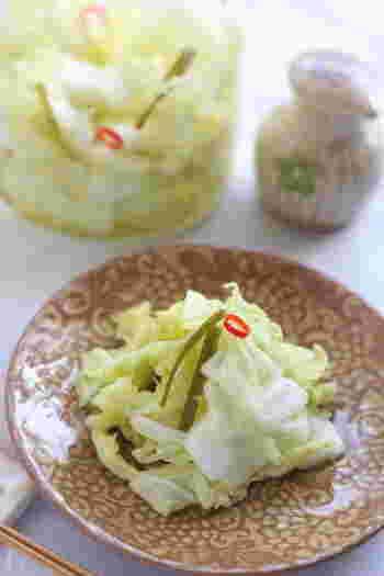 こちらも隙間時間にぱぱっと作れる白菜の浅漬け。ゆずの風味が爽やかです。塩ゆずはあえて控えめに使用したレシピになっているので、もし食べるときに少し味が薄いなと感じたら、お好みで醤油をかけてくださいね。
