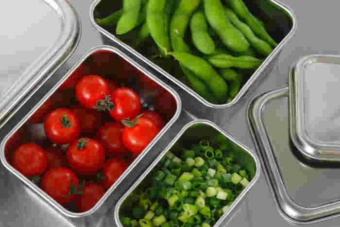 プロの料理人が使用する業務用製品の、機能的で使い勝手の良い、高品質なステンレス製の、深めのステンレスバット。深さがあるため、カットした野菜のストックから、調理の下ごしらえの漬け込み、常備菜の保存などに適しています。