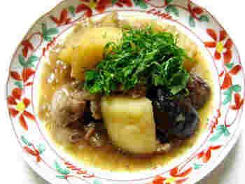 いつもの豚バラとジャガイモの煮つけに、紅茶を加えるだけで豚肉が柔らかくさっぱりと仕上げることができます。