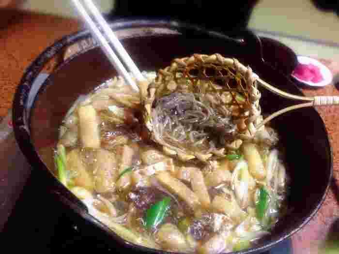 福伝のおすすめは、とうじ蕎麦。具材の入ったアツアツのつゆに、少量ずつそばを湯がきながら頂きます。とうじ蕎麦は長野の郷土料理なんですよ!