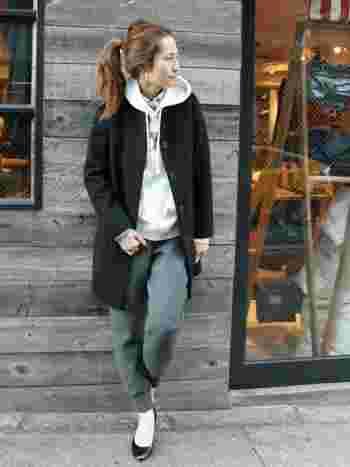 ノーカラーコートは、パーカーなどと合わせてカジュアルに着こなすのも◎ イージーパンツ×パンプスで大人のぬけ感を演出♪