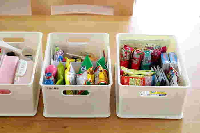 間口が広い箱型のインボックスは、お子さんのお菓子やお弁当箱など、細々した物の収納にも最適です。高さが低いボックスなら上から中身が見やすくて、物を入れる時も取り出すのもスムーズにできて便利ですね。