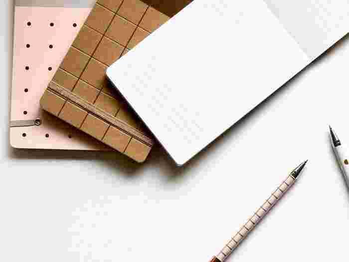 小さなメモ帳にしたためてポケットの中にいれておく、手帳に書く場合はパッと開けるページや冒頭にリストを準備しておく。あるいは、リストをお財布の中に入れておく、スマホ内にメモしておくなどの方法もいいですね。