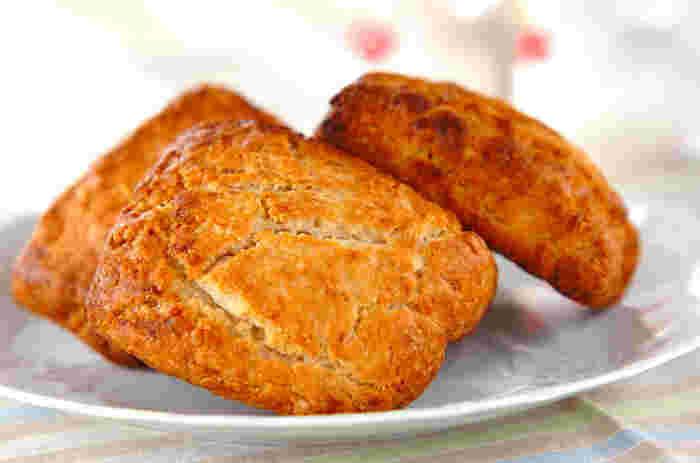 スコーンも小麦粉の代わりに米粉を使って美味しく作れます。米粉で作ると外はカリッ、中はもちっとした食感に。バナナとメープルシロップの優しい甘さがおやつにぴったり。翌日はトースターで軽く温めると美味しくいただけます。