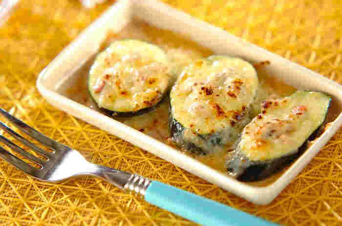 ズッキーニを厚めにスライスして、アンチョビとチーズをトッピング。あとは、オーブントースターで焼くだけです。こんがりチーズの香ばしさと柔らかなズッキーニがよく合います。