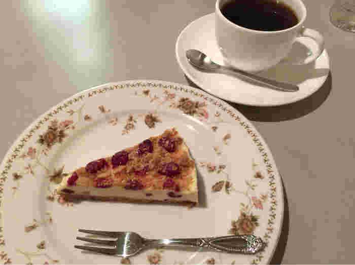 常時9種類用意されているメーキはどれもおすすめ!喫茶店なのでドリンクメニューも豊富です。 写真はグラノーラのチーズケーキ。