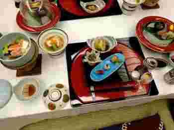 会席料理は伊勢海老、鮑、金目鯛や伊豆の地魚。静岡産牛や季節の野菜、ニューサマーオレンジなどの海の幸から山の幸までを、様々な調理法で楽しむことができます♪