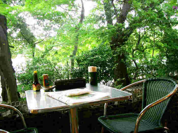 東京都内の公園の中でも広大な敷地と豊かな緑に囲まれた吉祥寺の「井の頭公園」。「pepacafe FOREST(ペパカフェ・フォレスト)」はそんな井の頭公園内にあり、自然の風をいっぱいに感じられるお店です。木々に囲まれた場所に位置し、テラス席もあるため天気の良い日は森林浴をしながらお食事や休憩ができますよ。