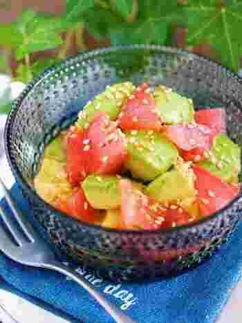 アボカドの緑とトマトの赤が食卓に映える、やみつきマリネ。切って和えるだけの簡単レシピなので、お料理初心者さんにもおすすめです。マリネ液は、白だし、レモン汁、オリーブオイル、砂糖のみでとってもシンプル!暑くなる季節の食卓に…是非、作ってみませんか♪