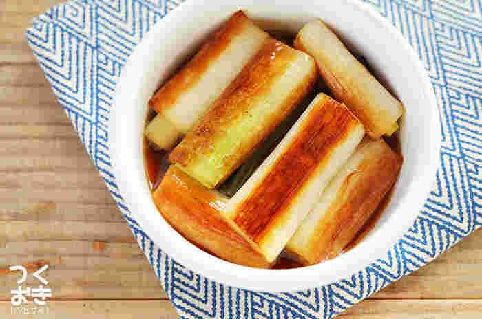 長ねぎからの自然の甘みもでて、おいしく仕上がる「焼き長ねぎのポン酢漬け」です。長ねぎが余ってしまったときにも助かるレシピです。お弁当の隙間にもいいですね。