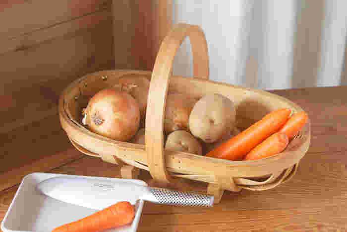 「ガーデントラッグ」と呼ばれるこちらのバスケットは、イギリスではお馴染みの園芸用品。元々は収穫した野菜などを入れるために使われていましたが、素朴な木の風合いは現代のインテリアにもぴったり。いつもの野菜も新鮮で美味しそうに見えます。