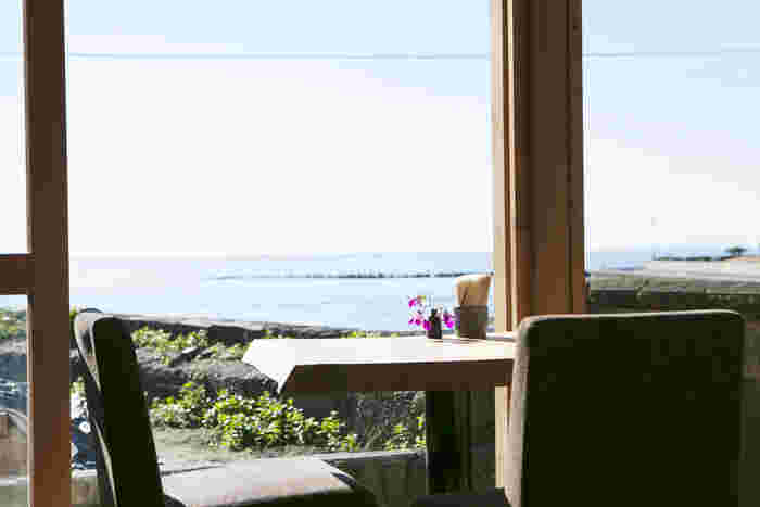 夏らしい休日と言えば海を眺めながら美味しい食事を食べるというバカンスが頭に過ぎりますが、そんな至福のひと時を叶えてくれる場所が「鎌倉」にある事をご存知でしょうか?今回は、心トキメク夏景色と美味しい食事やスイーツが食べられる「鎌倉」の海沿いエリアのレストラン&カフェをご紹介します。