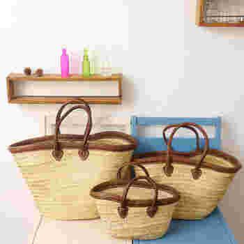 普段のお出かけや買物にも活躍させたくなる、軽くて丈夫なマルシェバッグ。「アブダ」と呼ばれるナツメヤシの葉や、他座地方で採れる「ドーム」と呼ばれる草で作った、モロッコ伝統の編みこみバッグです。革素材のトリムと取っ手がおしゃれ。