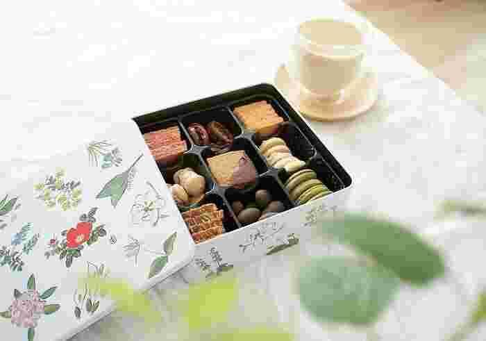 """北海道みやげの定番、""""六花亭""""から。「まる、さんかく、しかく」は、色々なかたちの焼菓子をたっぷり59個詰め合わたクッキー缶。お菓子がおいしいのはもちろん、北海道でけなげに咲く植物を描いた包装紙と缶のかわいらしさでも人気です。和にも洋にもシンプルなインテリアに良く合う缶です。"""