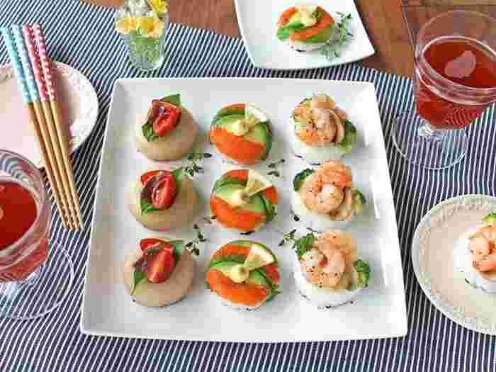 サーモン、海老、生ハムなどを酢飯の上にきれいに盛り付けると、カナッペのような華やかなメニューに仕上がります。酢飯は紙コップやココットなどを使って形を作り、下に海苔を敷くと持ちやすくなるそうです。パーティーの主役になる素敵なお寿司ですね!