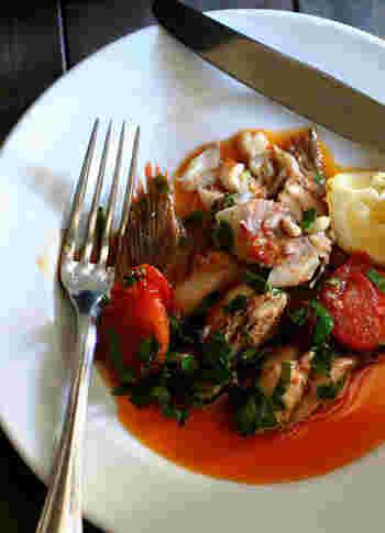 牡蠣と合わせたアクアパッツァは、ニンニクや唐辛子、レモンを効かせてパンチのある味に。 大人の味なので、ワインにも合いそうです。