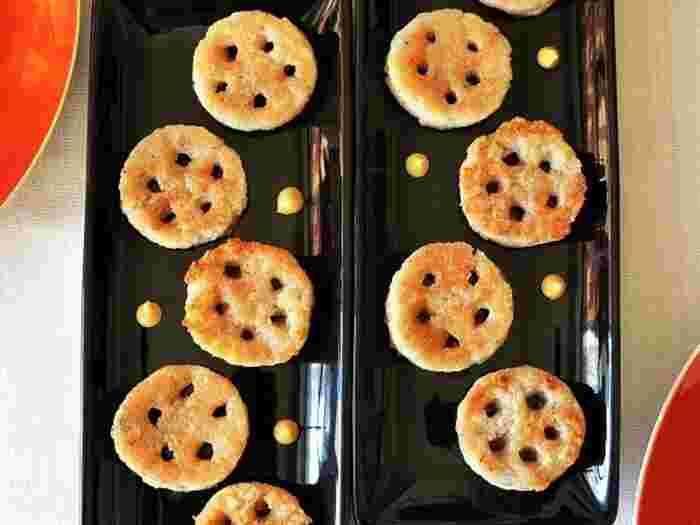 れんこんと片栗粉で作るれんこん餅も、おやつとして人気があります。せっかくれんこんで作るので、形も工夫してみてはいかがでしょうか。子どもの集まりや女子会に出せば、れんこんの見た目と、もちもちの食感のギャップに盛り上がりそう。