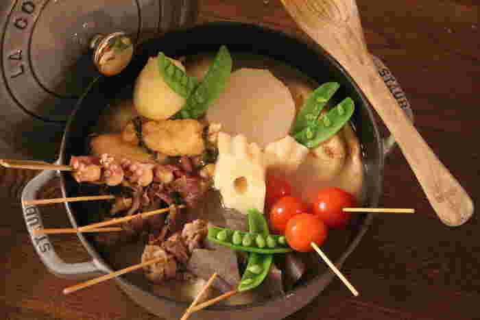 鶏ガラスープで煮る、白湯おでん。和風だしとはまた違う美味しさがあります。残ったスープで作るシメのラーメンも美味。