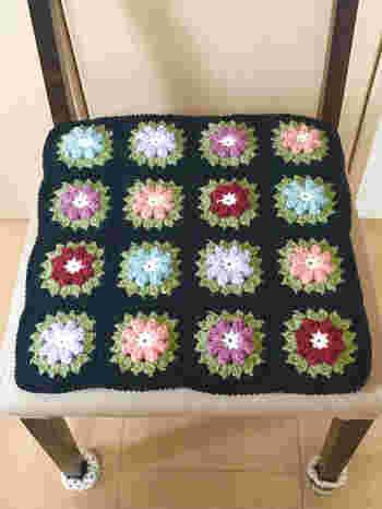 ブラックをベースにすると、カラフルなお花を並べても落ち着いたシックな印象に。ついでに椅子の足カバーも毛糸で編んでみてくださいね。