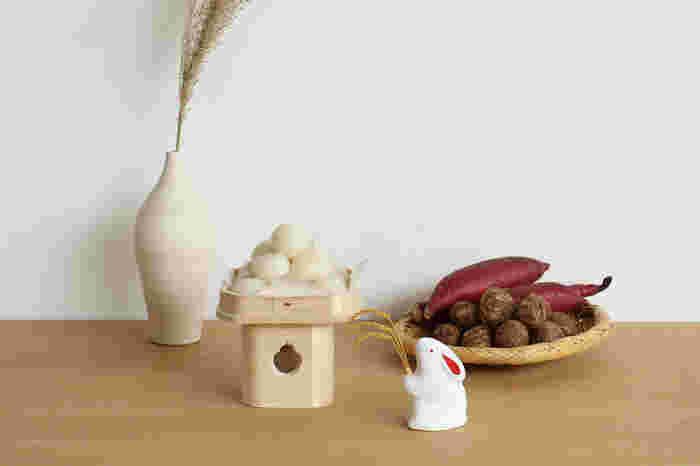工芸を活かした飾りが付いてくるので、美しく季節感を表現することができます。  『お月見』セットの「飾る」は、神様のお食事のうつわである三宝に、おだんごを盛り付けること。木目が美しい、吉野檜の三宝が付いてくるんですよ〇 そして瀬戸焼のうさぎの置物に、すすきに見立てた水引飾りをセットして出来上がり。飾り付ければ、あっという間に絵になりますね。
