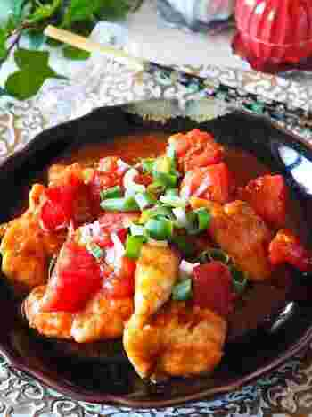 トマト2個をまるまる使った、トマトの旨みがぎゅっと詰まったレシピ。ピリ辛の味噌味で食がすすみます。