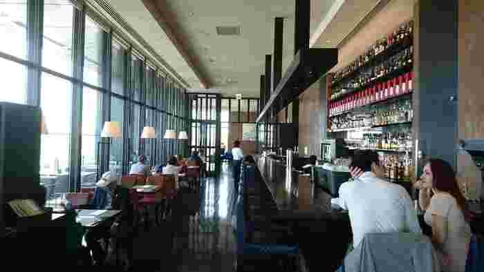 ザ・ゲートホテル雷門の13階にある「R レストラン&バー」は、デートにぴったりのシックで落ち着いた雰囲気。スカイツリーや浅草の街並みもよく見えて、開放的なランチタイムを過ごせます。