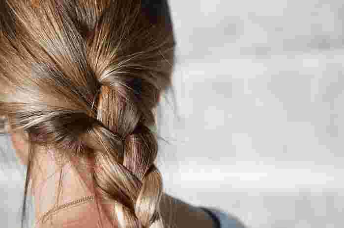 髪の量が多い方は「ボリュームが出過ぎてしまう」「まとまらない」などのお悩みからヘアスタイル選びに苦労している人が多いのではないでしょうか。そんなお悩みを解決するヘアスタイル&ヘアアレンジをご紹介します。