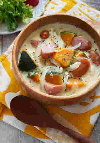 やわらかいカボチャがたくさん入ったスープ。こちらは豆乳を使っていてヘルシーなのが嬉しいポイント。味付けは味噌だけなのでほんのり和風な仕上がりに。和食にも洋食にも合うクリームスープです。