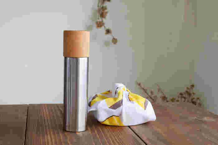 ステンレス製のボトルに、美しい木製のコップがセットされた水筒。シンプルでスマートなルックスながら、ほっこりさせる佇まいがなんとも言えません。魔法瓶のように真空二重構造になっていて、保温・保冷ともに申し分なし。優しく温かな雰囲気の木のコップから飲み物をいただけば、何だか自然と嬉しい気分になれそうです。