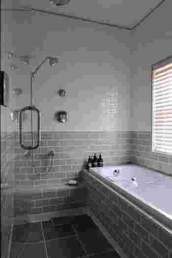 お風呂場は、運気の上昇に関わる場所です。お風呂場を掃除すると気の巡りがよくなり、自分自身にチャンスをもたらしてくれます。  排水口は毎日チェックし、床や浴槽も定期的にしっかりと磨くようにしてみましょう。
