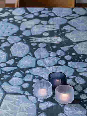 イッタラのウルティマ・ツーレは、ラップランドの厳しい冬とその氷が溶ける様子をイメージして作られたもの。ろうそくの灯りが透けて見える様は、本当に氷を通して眺めているかのようです。
