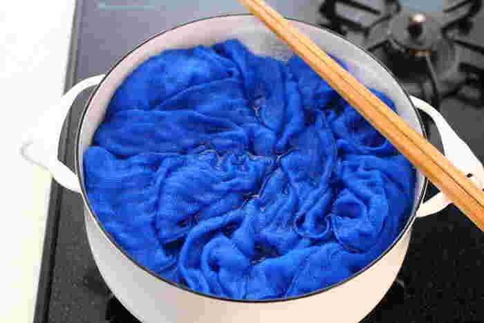 一日の終わりに、ふきんを煮沸消毒します。 大きめの鍋(ほうろうかステンレスが良い。アルミは変色してしまうので使えない)に重曹と水を入れて火にかけます。 重曹は必ず水のうちから入れること。いきなり湯に加えると突沸するので危険です。   沸騰したら洗ったふきんを湯に入れ、酸素系漂白剤を投入します。 泡が出ている間は漂白、殺菌が進んでいます。 泡が止まったら、ふきんを取り出しすすぎます。おろしたてのような真っ白!  ふきんの殺菌・消毒は習慣にしてしまえば楽ですよ。 湯は熱いうちにまな板にもかけて殺菌しておきましょう。