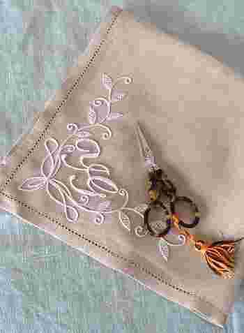 白い糸だけで作品を作り上げる白糸刺繍。シンプルなだけにステッチの美しさと上質な素材がとても大切です。とっておきのテーブルリネンやハンカチのワンポイント刺繍を施してみるのはいかがでしょうか?
