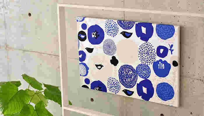 青を基調とした爽やかな色合いが美しい、Sunnuntai(スヌンタイ・サンデー)のファブリックパネルです。 コンクリートの無機質な壁も、一気に明るい印象に。見ているだけで癒されそうです。