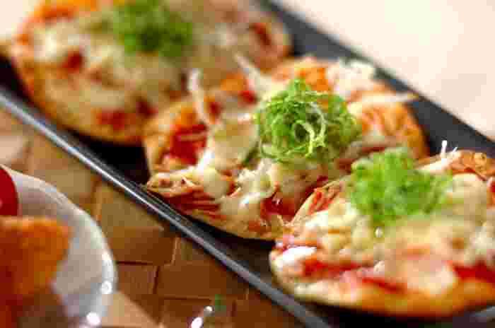 一見定番メニューのようですが、シラスや餃子の皮と言った手軽な材料で小技の効いた一品が完成します。おやつにも夜食にも、欲しい分だけサッと作れるのがうれしいですね。トマトソースがあればこその簡単なピザです。